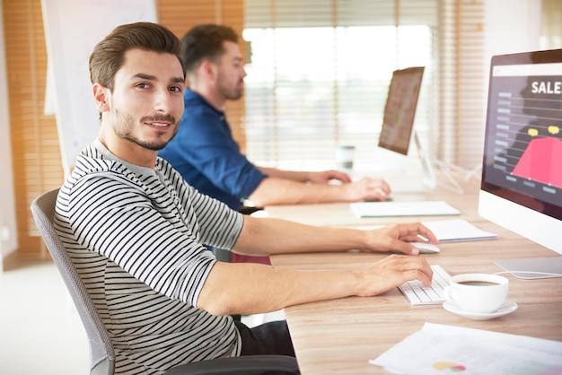 Pracownik biurowy patrząc na kamery