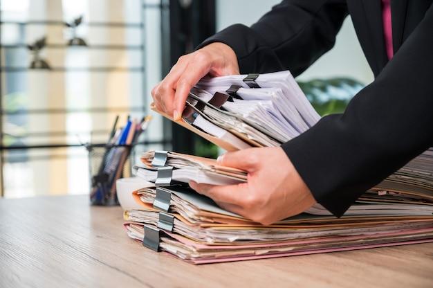 Pracownik biurowy pracujący z dokumentami przy biurku biznesowym w biurze biznesowym