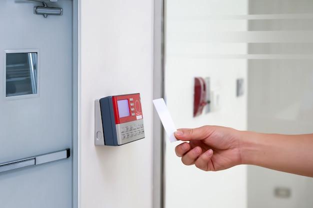 Pracownik biurowy przy użyciu karty identyfikacyjnej do skanowania przy kontroli dostępu