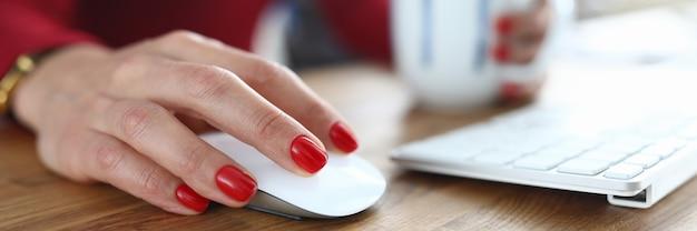 Pracownik biurowy ręka z czerwonym manicure na paznokciach
