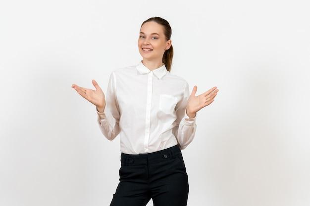 Pracownik biurowy w eleganckiej białej bluzce na białym tle