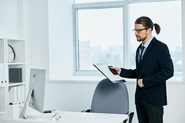 Pracownik biurowy w okularach pewność siebie kierownik pracy
