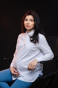 Pracownik biurowy wspaniały kaukaski w ciąży.