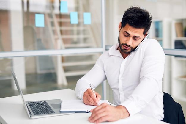 Pracownik biurowy zajęty