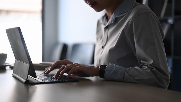 Pracownik biurowy żeński pracy na stole komputera w biurze.