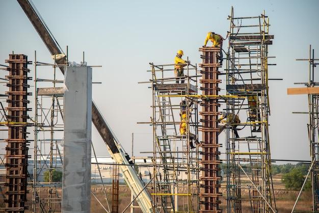 Pracownik budowlany bezpieczeństwa pracuje na wysokości