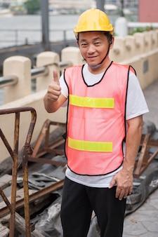 Pracownik budowlany daje kciuk w górę gestowi