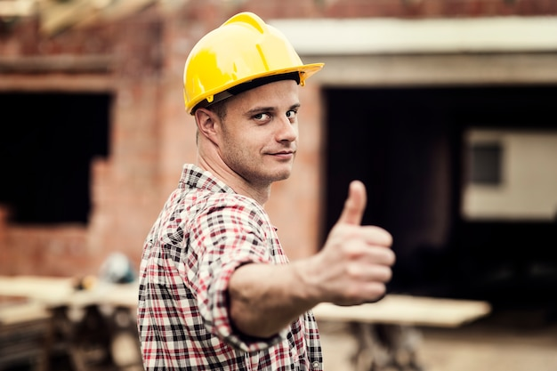 Pracownik budowlany gestykuluje aprobaty