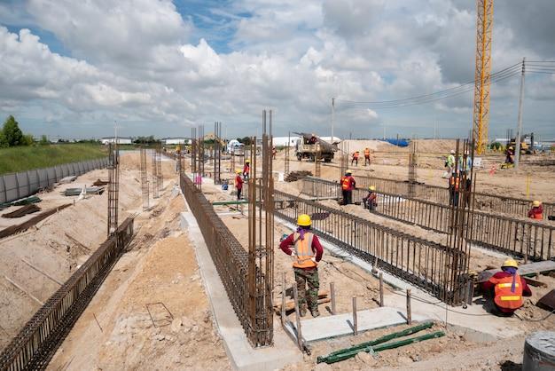 Pracownik budowlany na budowie