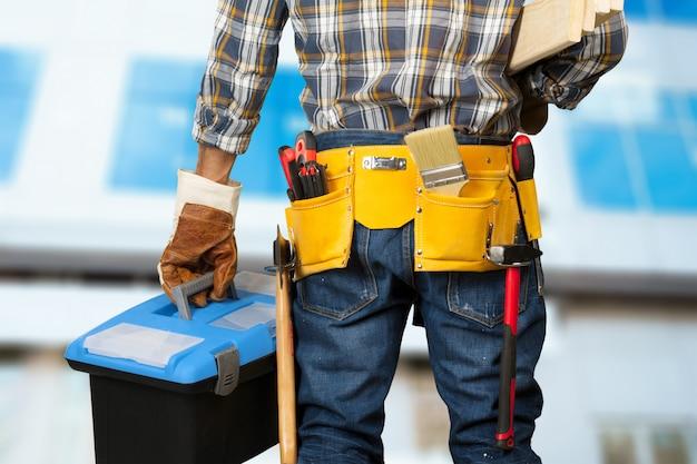 Pracownik budowlany na placu budowy
