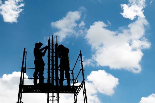 Pracownik budowlany na scaffoding