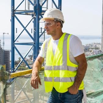 Pracownik budowlany na zewnątrz noszenia sprzętu ochronnego