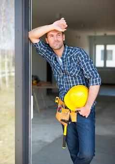 Pracownik budowlany relaks na świeżym powietrzu podczas pracy