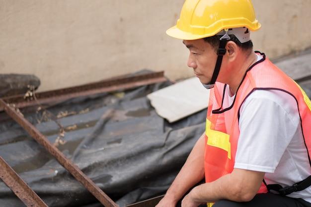 Pracownik budowlany sprawdzający stos surowca
