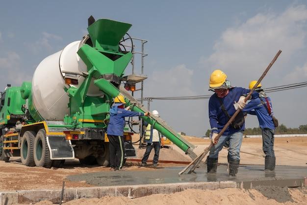 Pracownik budowlany ustalający pręt stalowy na budowie