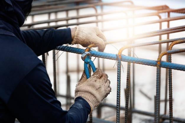 Pracownik budowlany w budowie.