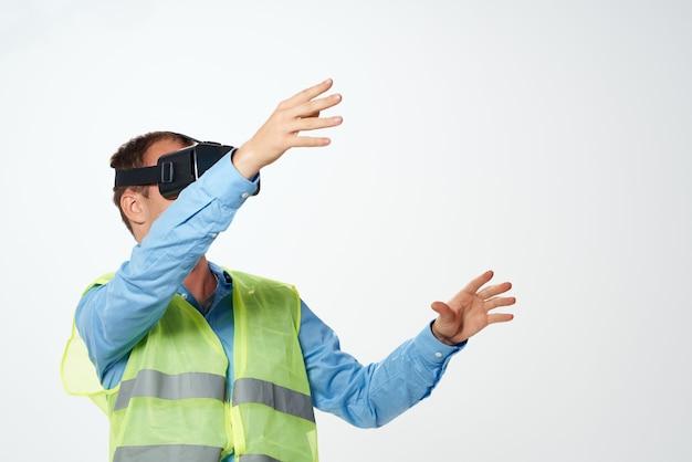 Pracownik budowlany w formie roboczej planuje budowę okularów wirtualnej rzeczywistości
