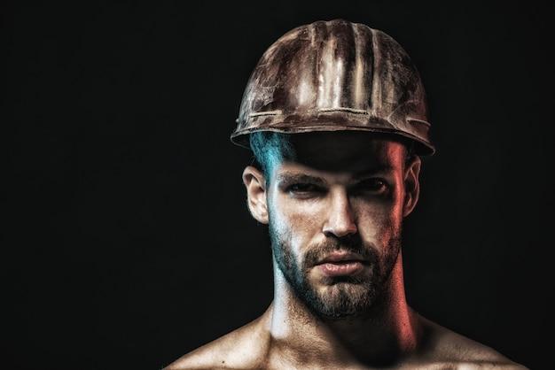 Pracownik budowlany w kasku portret brodaty mężczyzna z hełmem ochronnym noszący portret