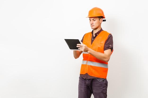 Pracownik budowlany za pomocą cyfrowego tabletu