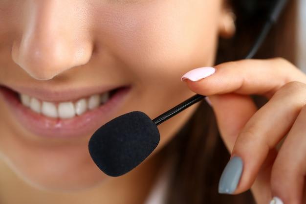 Pracownik call center w pracy trzymać w ręku mikrofon