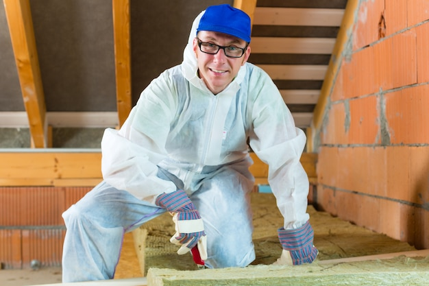 Pracownik cięcia materiału izolacyjnego