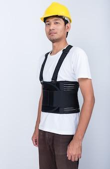 Pracownik człowiek stoi noszenie pasa podtrzymującego plecy ciała ochrony postawy