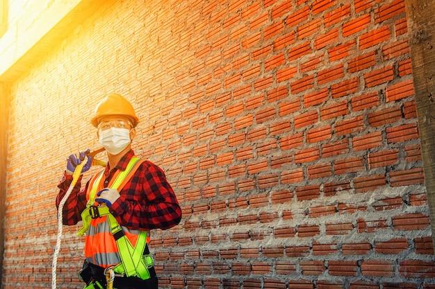 Pracownik człowiek z kaskiem budowlanym przemysł budowlany