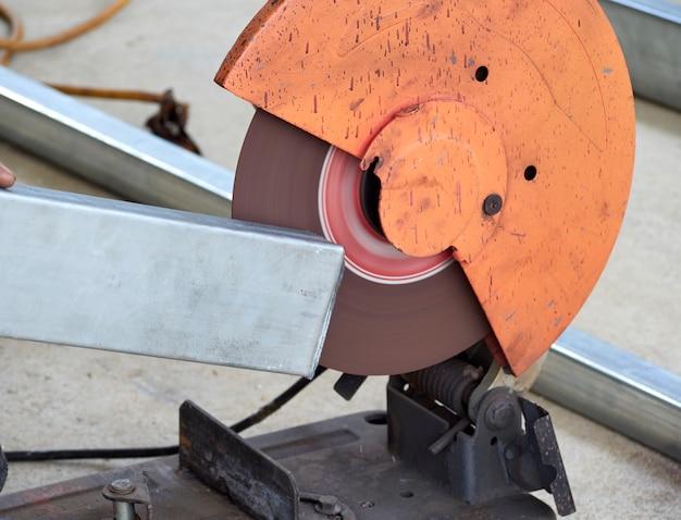 Pracownik do cięcia żelaza z tarczami do cięcia.
