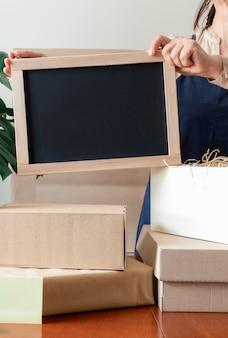 Pracownik dostawa usługa darowizna pakowanie torby pudełko fartuch pakowacz ręka poczta