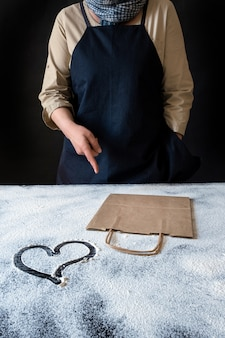 Pracownik dostawy usługi pakowania worek serce mąka szef kuchni fartuch paczka ręcznie partii