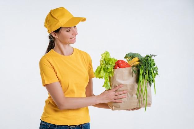 Pracownik dostawy żywności kobiet z pakietem żywności