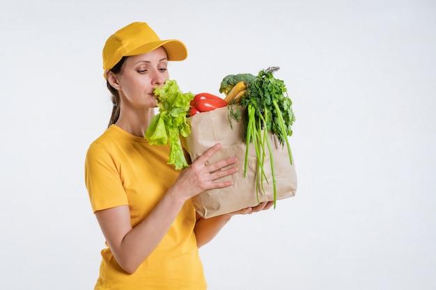 Pracownik dostawy żywności kobiet z pakietem żywności.