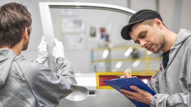 Pracownik działu jakości lakierni samochodowej prowadzi szkolenia z kontroli jakości