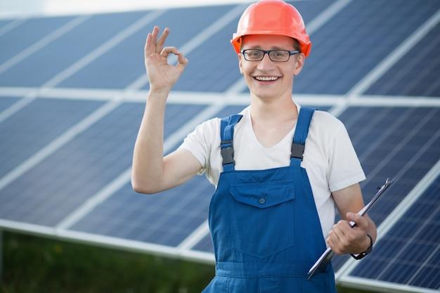 Pracownik elektrowni słonecznej.