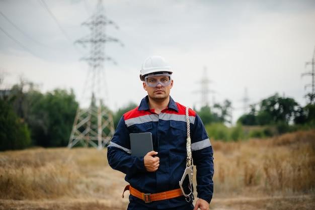 Pracownik energetyczny sprawdza linie energetyczne
