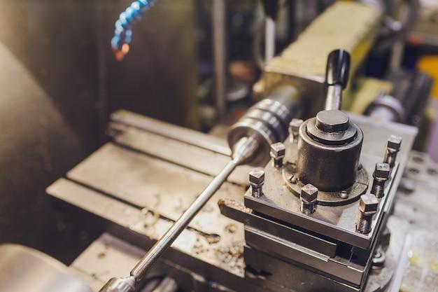 Pracownik fabryki elektrycznej eksportuje produkty elektroniczne do działu zakupów produkcyjnych.