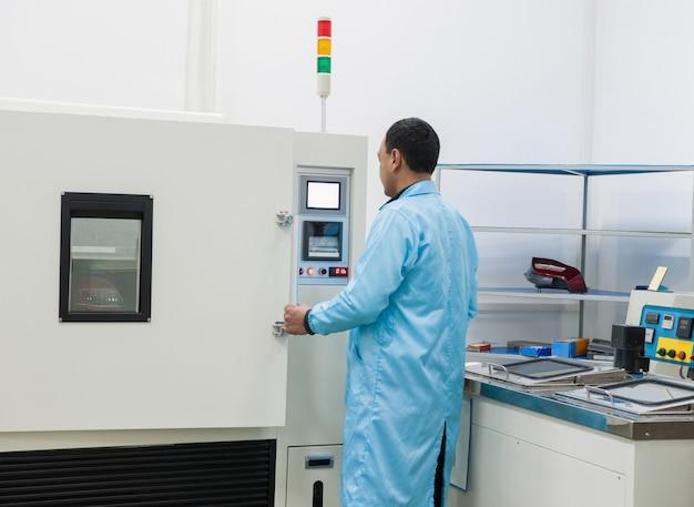 Pracownik fabryki monitoruje proces testowania wodoodporności lamp samochodowych