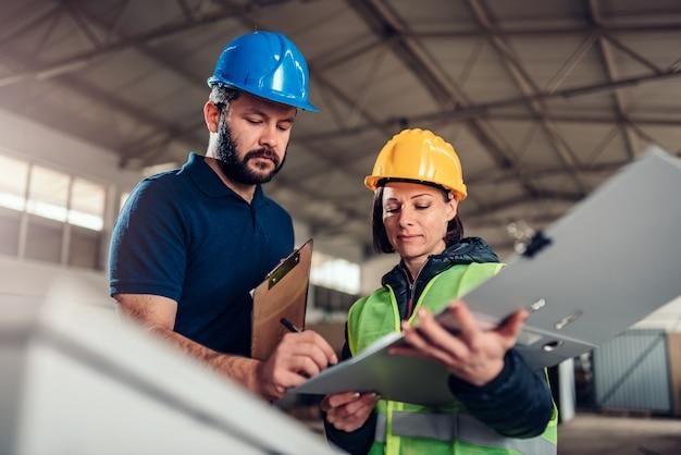 Pracownik fabryki podpisanie dokumentu