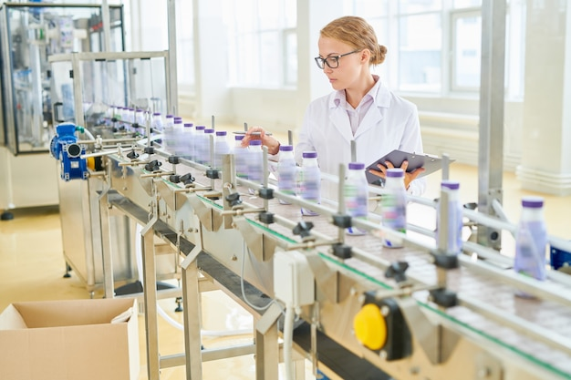 Pracownik fabryki zawinięty w pracę
