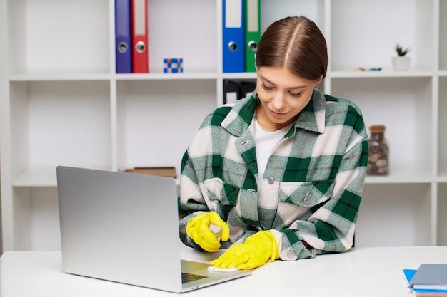 Pracownik firmy sprzątającej realizuje zamówienia na sprzątanie biur