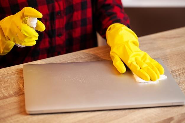 Pracownik firmy sprzątającej sprząta biuro