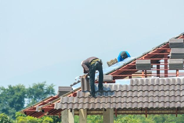 Pracownik instalujący dachówki