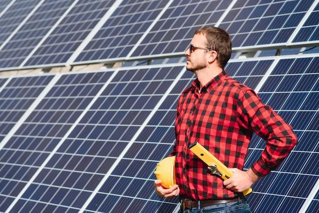 Pracownik instalujący panele słoneczne na zewnątrz