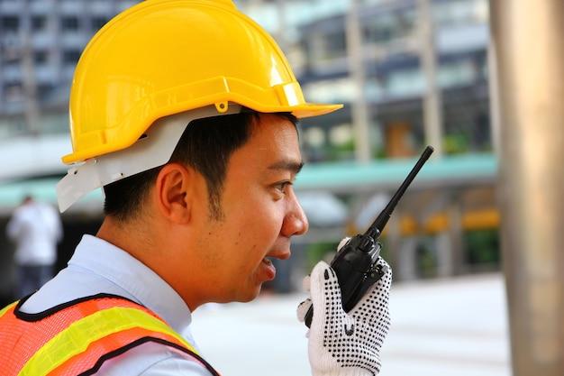 Pracownik jest rozkazem do pracy zespołowej drogą radiową