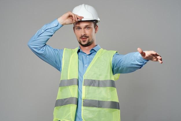 Pracownik kamizelka odblaskowa emocje profesjonalne na białym tle