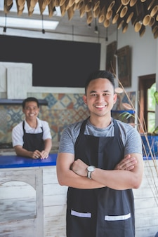 Pracownik kawiarni mężczyzna uśmiecha się