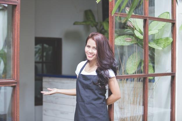 Pracownik kawiarni przed kawiarnią