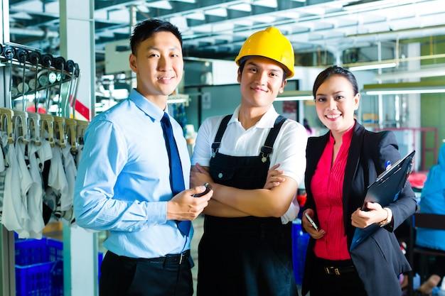 Pracownik, kierownik produkcji i właściciel w fabryce