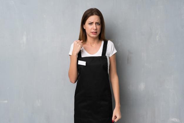 Pracownik kobieta z gniewnym gestem