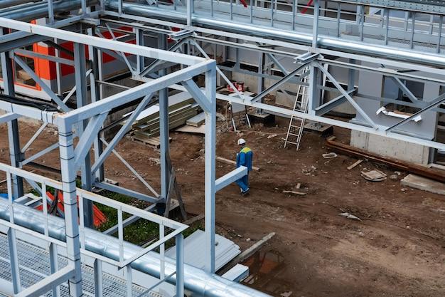 Pracownik konstruktora w sprzęt ochronny na budowie